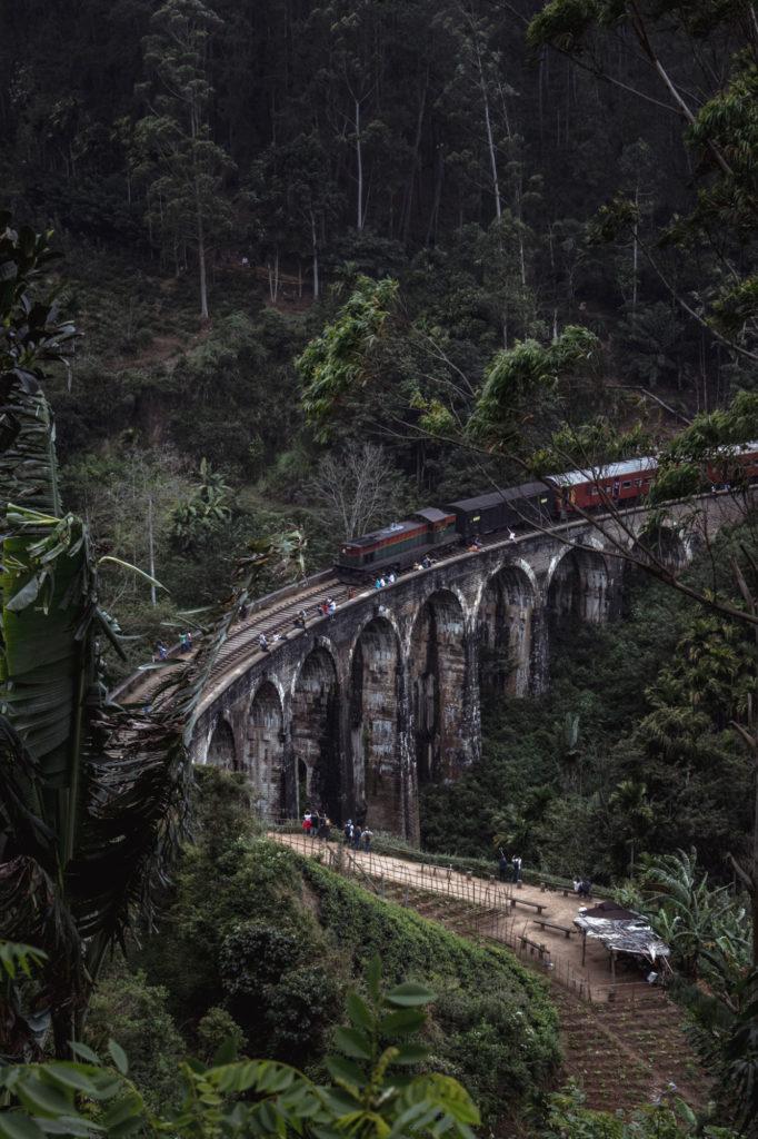 Výhled naželezniční most sdevíti oblouky vElla, Srí Lanka